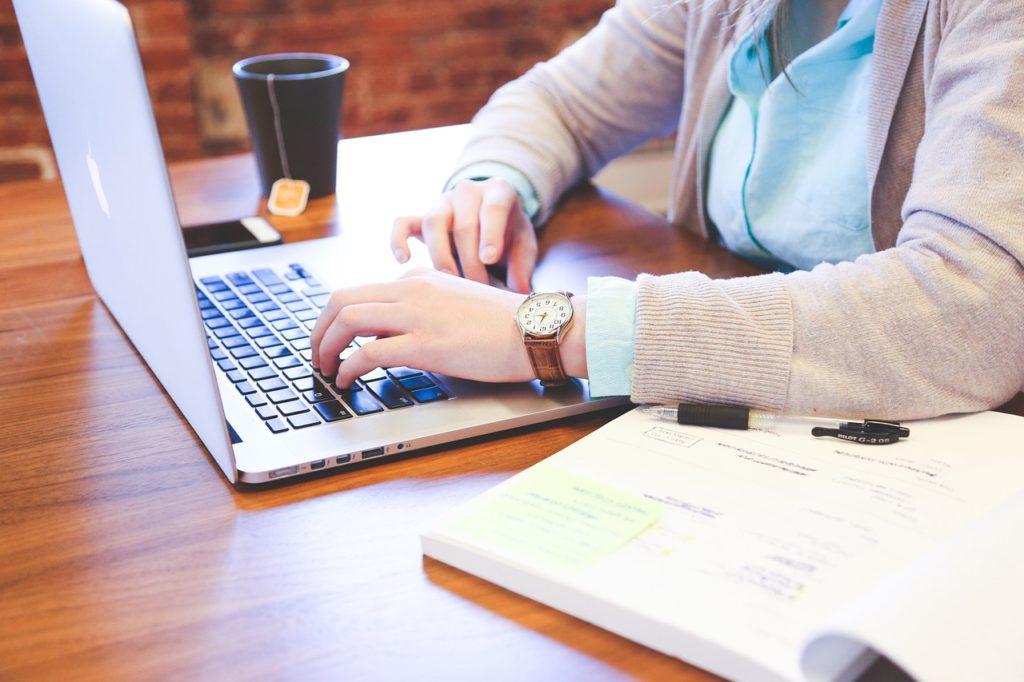 Devrais-je utiliser un générateur de curriculum vitae en ligne ?